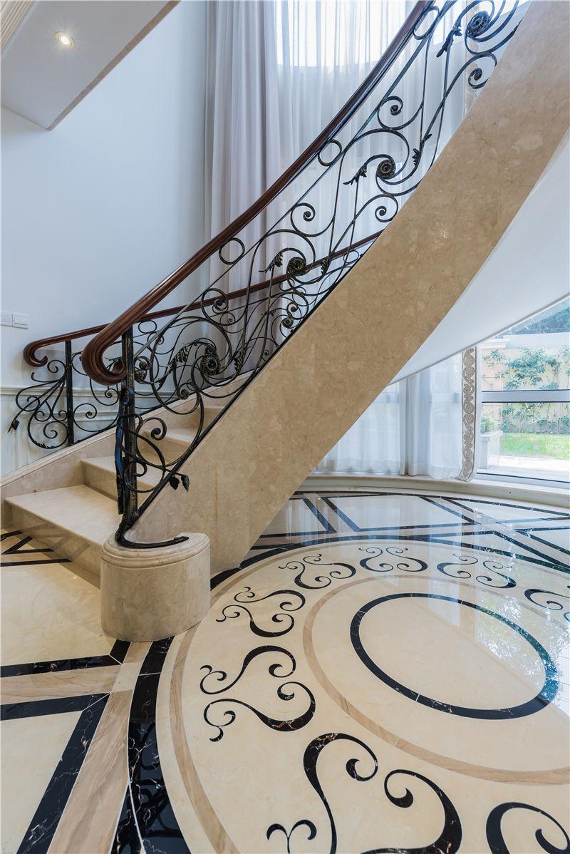 十九尊实景 法式装修楼梯效果图